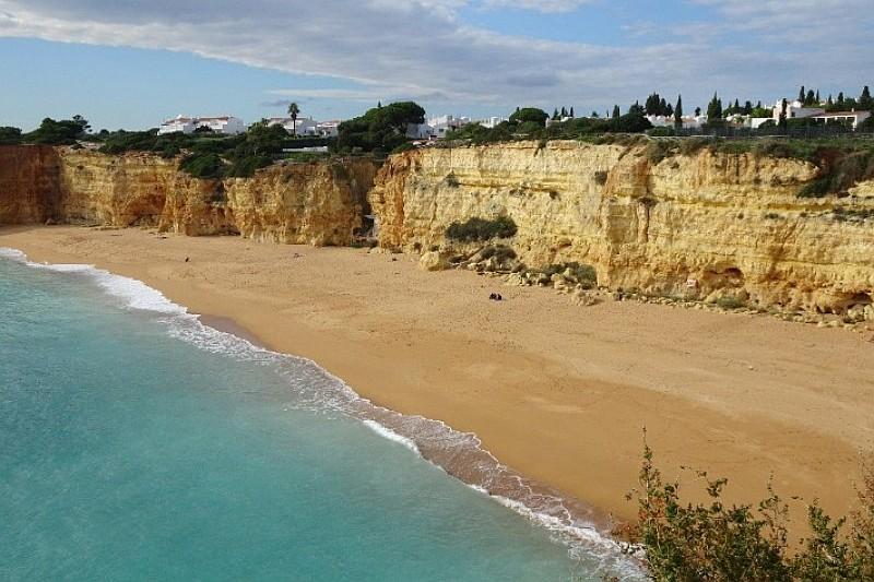 Promenade sur la plage de l'Algarve
